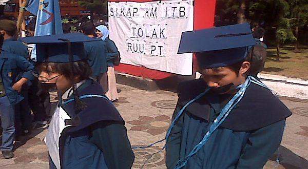 Foto : Aksi teatrikal KM ITB menolak pengesahan RUU PT/Iman Herdiana-okezone