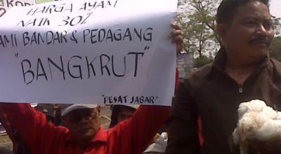 Demo pedagang ayam di Gedung Sate (Foto: Iman H/okezone)