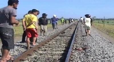 Warga sisir rel cari potongan tubuh korban bunuh diri (Dok: Sindo TV/Mukhtar B)