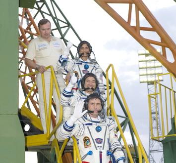 Roket Soyuz Angkut Tiga Astronot ke ISS