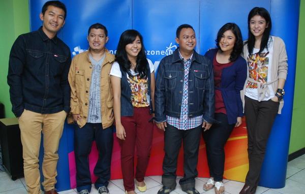 Awak redaksi Okezone bergaya dengan Sigi Wimala &  Rio Dewanto (Foto: Ruli/Okezone)