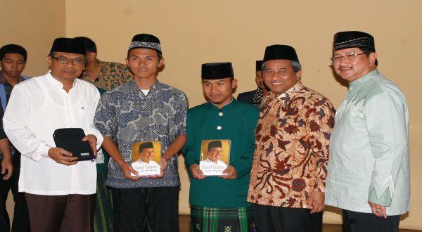 Direktur PT Indah Kiat Pulp & Paper Tbk Yan Partawidjaja, Mendikbud M Nuh, & Rektor UPI Sunarto Kartadinata mewakafkan Al Quran di Masjid UPI Bandung. (Foto: dok. APP)