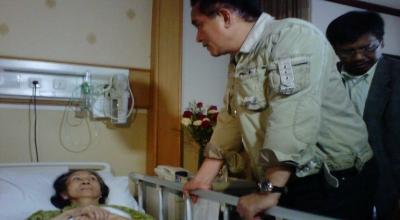 Yusril saat menjenguk Loeana di RSUP Sanglah (Foto: Okezone/Rohmat)