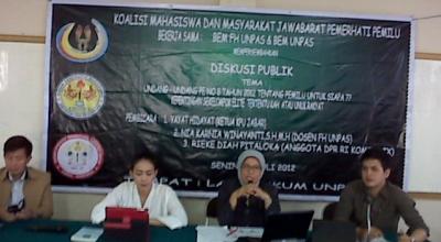 Rieke (dua dari kiri) di Unpas, Bandung (Foto: Okezone/Iman Herdiana)