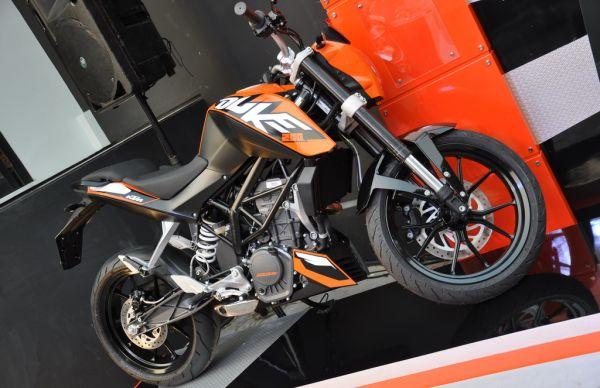 F: KTM Duke 200 (ist)
