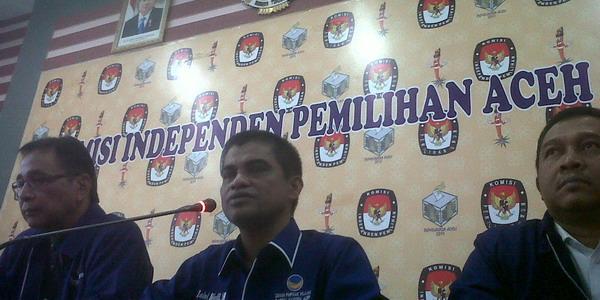 Ketua Partai NasDem Aceh Zaini Djalil (tengah) di kantor KIP (Salman Mardira/Okezone)