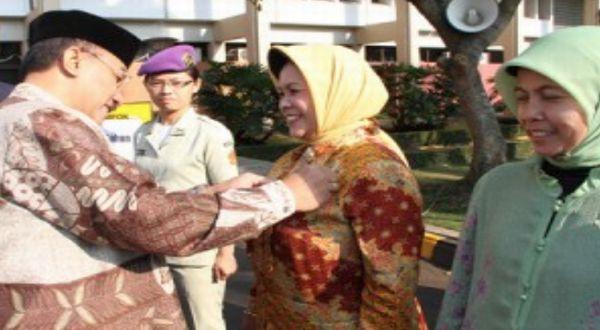 Rektor Unpad memberikan 203 Satyalancana Karya Satya kepada 203 abdi negara. (Foto: dok. Unpad)