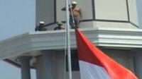 Kuli Bangunan Hormat Bendera di Menara Ditertawakan