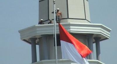 Buruh bangunan hormat bendera di Alun-Alun Jombang (Dok: Sindo TV/Mukhtar B)