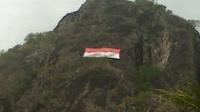 12 Pemanjat Tebing Kibarkan Bendera di Ketinggian 400 Meter