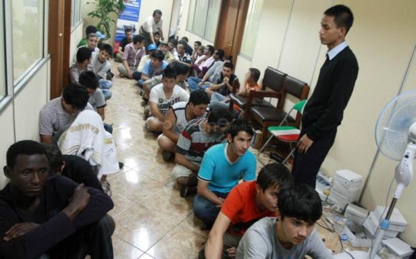Imigran tengah diperiksa di kantor Imigrasi (Foto: Okezone)