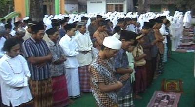 Jemaah Naqsabandiyah di Jombang melangsungkan Salat Ied (foto: Mukhtar B/ Sindo TV)