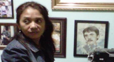 Suciwati menunjukkan foto-foto Munir (Foto: Okezone/Hari Istiawan)