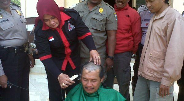 Simpatisan PDIP melakukan cukur rambut (Foto: Hari I/okezone)