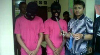 Dua pelaku pembunuhan pria di Kiaracondong (Foto: Iman H/okezone)