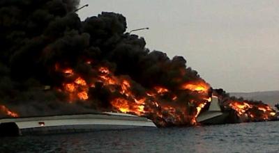 KRI Klewang terbakar (Foto: Koran SI/P Juliatmoko)