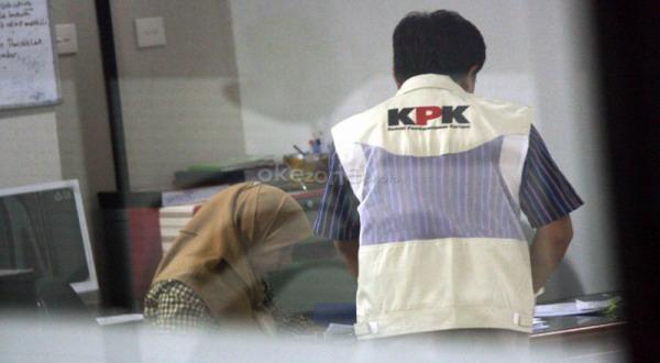 Penyidik KPK saat menggeledah kantor Korlantas Polri (foto: Heru)