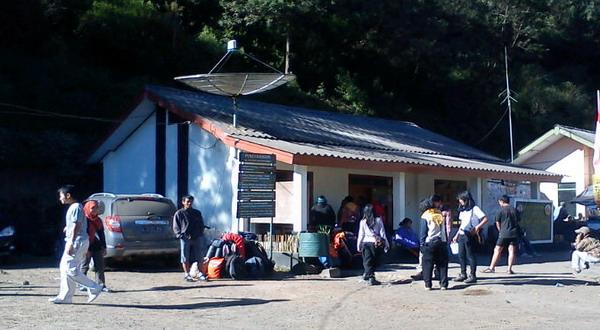 Pendaki sedang registrasi di Pos Ranupane, Gunung Semeru (foto