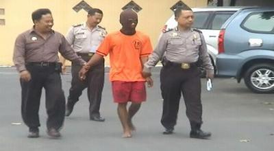 NH, pelaku pemerkosaan, di Mapolres Jombang (Dok: Mukhtar B/Sindo TV)