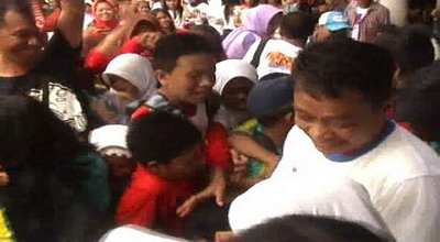 Sejumlah anak-anak terjepit berebut hadiah (Foto: Sri Indra/SindoTV)