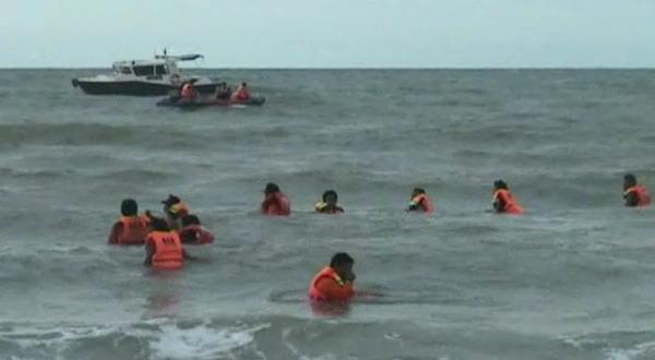 Proses pencarian korban tenggelam di Pantai Bandengan (Alip Sutarto/Sindo TV)