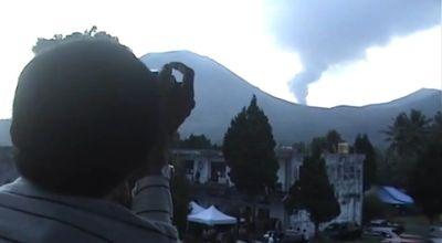 Warga memantau aktivitas Gunung Lokon (Ilustrasi, Dok: Sindo TV)