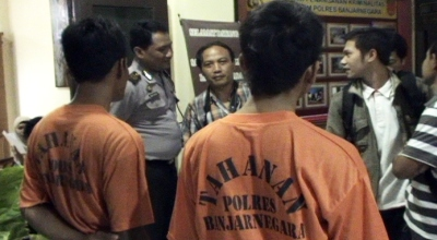 2 pelaku pemerkosaan diamankan di Mapolres Banjarnegara (Dok: Elis Novit/Sindo TV)