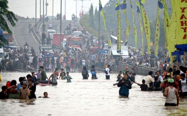 Banjir di Kampung Melayu (foto: Dede Kurniawan)