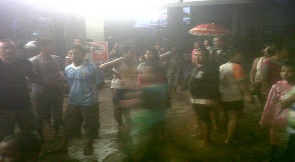Warga Tanah Abang menggelar unjuk rasa di gedung UOB Plaza (foto: Bagus/Okezone)