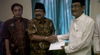Pakde Karwo saat berada di Kantor PKNU Surabaya (Foto: Nurul A/okezone)