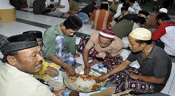 Tradisi makan bersama di Denpasar (foto: Rohmat/Okezone)