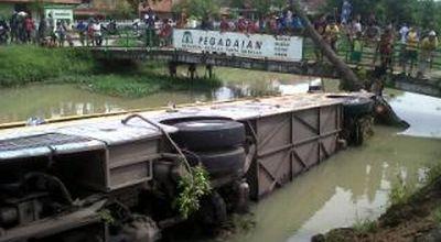Bus PO Nusantara masuk ke sungai (foto: Nugroho S/okezone)