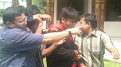 Pemuda diamankan sejumlah tokoh adat (Foto: Banda H/Okezone)