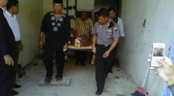Jenazah Suwarsih dibawa ke RSUP dr Kariadi (Foto: Nurul A/Okezone)