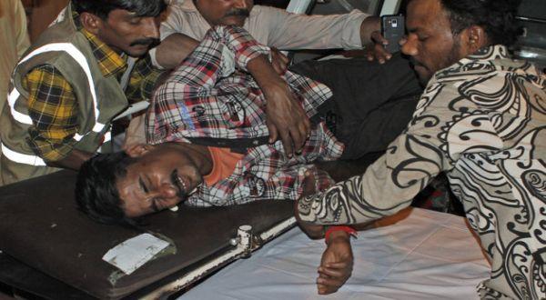 Foto : Korban bom di Karachi (AP)