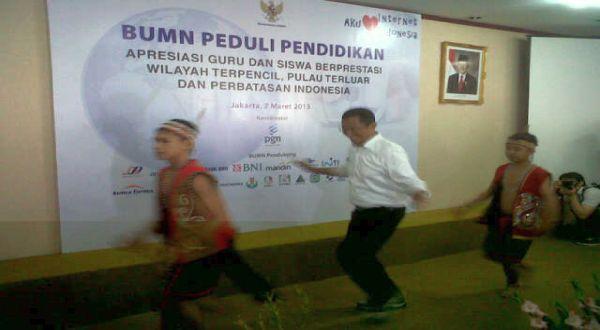 Meneg BUMN menarikan Tari Dayak untuk guru-guru di daerah terpencil. (Foto: Dani JA/Okezone)