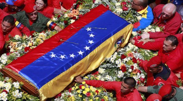 Peti jenazah Chavez diiringi pendukungnya (Foto: AP)