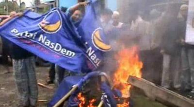 Pengurus DPD NasDem Pasuruan membakar atribut partai (Foto: Jaka S/Sindo TV)