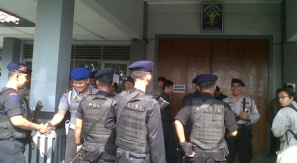 Pasukan Brimob Polda DIY amankan LP Cebongan (Foto: Prabowo/Okezone)