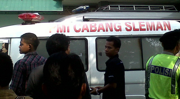 Ambulans membawa empat tahanan tewas (Foto: Prabowo/Okezone)