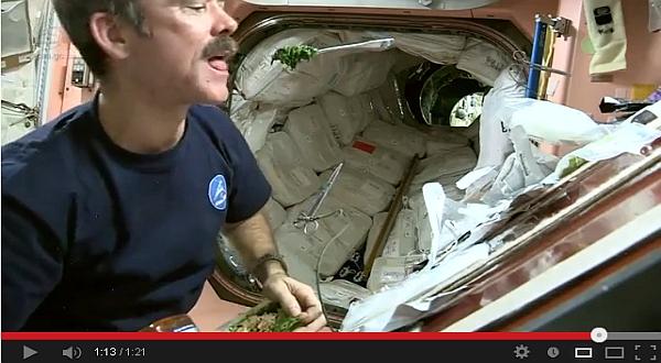 Video Astronot Tunjukkan Cara Memasak di Luar Angkasa