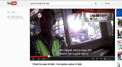 Oknum polisi saat bernegosiasi dengan bule saat ditilang (Foto: Youtube)