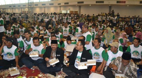 Soekarwo-Saifullah Yusuf makan bersama dengan Rimbawan (Foto: Nurul A/okezone)
