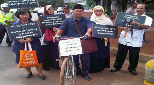 Pak Guru Slamet bersepeda ontel untuk menemui Presiden SBY. (Foto: Faisal/Okezone)