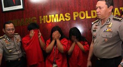 Oknum anggota DPRD bersama 2 germo di Mapolda Jatim (foto: Nurul Arifin/Okezone)