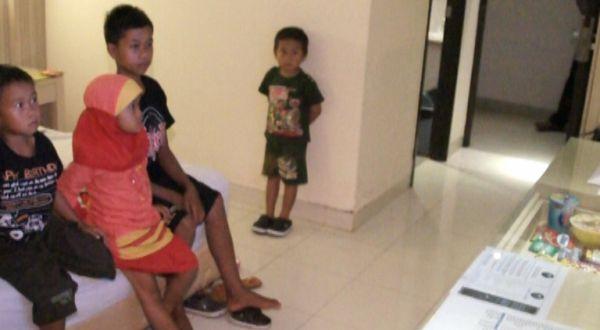 Tasripin dan adiknya menikmati tayangan televisi di hotel (Foto: Saladin/Sindo TV)
