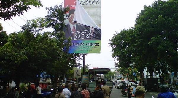 Baliho cagub ukuran besar diturunkan (Foto: Eddie P/Sindo TV)