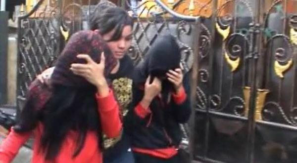 Petugas BNN meringkus dua gadis (Foto: Agus I/Sindo TV)