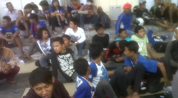 Suporter PSIS Semarang dievakuasi (Foto: Timotius A/Okezone)