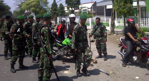Petugas TNI melakukan sweeping suporter PSIS (Foto: Rustaman N/Sindo TV)